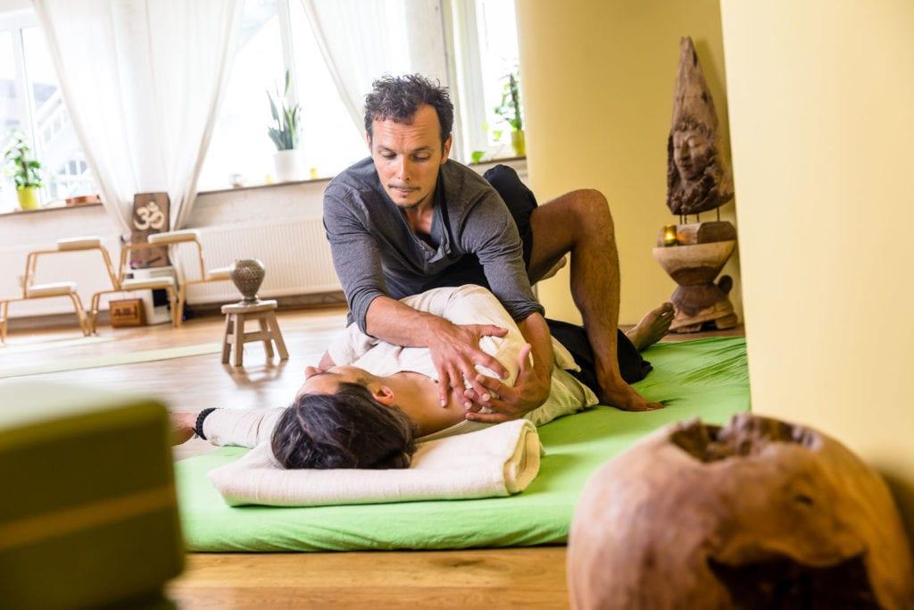 Thai Yoga Massage Workshop   Fokus lockere Hüften & entspanntes Becken